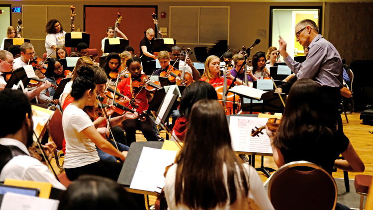 UMSL's Jim Richards conducts workshop with the strings